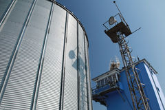 Μεγάλοι δεξαμενή καυσίμων και μπλε ουρανός μετάλλων Στοκ φωτογραφία με δικαίωμα ελεύθερης χρήσης
