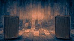 Μεγάλοι μαύροι ομιλητές στο ξύλινο υπόβαθρο με το διάστημα για το γράψιμο κειμένων Στοκ φωτογραφία με δικαίωμα ελεύθερης χρήσης