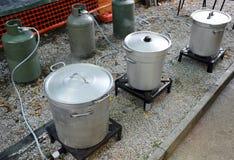 Μεγάλοι δοχεία και κύλινδροι αερίου στην κουζίνα για την προετοιμασία τροφίμων Στοκ Φωτογραφία