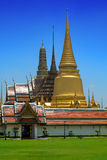 Μεγάλοι παλάτι και μπλε ουρανός στοκ εικόνα με δικαίωμα ελεύθερης χρήσης