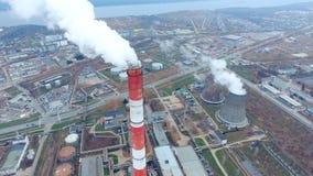 Μεγάλοι σωλήνες που καπνίζουν σε μια βιομηχανική περιοχή ισχύς φυτών κεντρικής θέρμανσης θερμική _ φιλμ μικρού μήκους