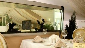 Μεγάλος αστακός στο ενυδρείο του εστιατορίου θαλασσινών, ευρεία γωνία φιλμ μικρού μήκους
