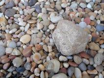 Μεγάλος βράχος μεταξύ των μικρότερων βράχων Στοκ εικόνα με δικαίωμα ελεύθερης χρήσης