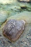 Μεγάλος βράχος στο νερό κολπίσκου Στοκ φωτογραφία με δικαίωμα ελεύθερης χρήσης