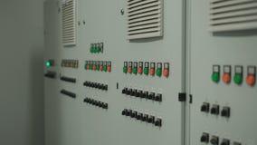 Μεγάλος γκρίζος πίνακας ελέγχου με τα μέρη των κουμπιών και των διακοπτών Η κάμερα κινείται ομαλά κατά μήκος του τοίχου με ηλεκτρ απόθεμα βίντεο