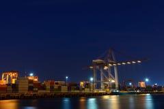 Μεγάλος λειτουργών γερανός στη λιμενική νύχτα Στοκ φωτογραφίες με δικαίωμα ελεύθερης χρήσης