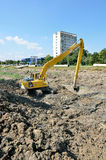 Μεγάλος εκσκαφέας του Caterpillar στο εργοτάξιο οικοδομής Στοκ εικόνες με δικαίωμα ελεύθερης χρήσης