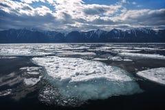 Μεγάλος επιπλέων πάγος πάγου με το μπλε υποβρύχιο ίδρυμα Στοκ φωτογραφία με δικαίωμα ελεύθερης χρήσης