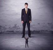 0 μεγάλος διευθυντής που εξετάζει το άτομο μικρών επιχειρήσεων Στοκ Εικόνα