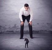 0 μεγάλος διευθυντής που εξετάζει το άτομο μικρών επιχειρήσεων Στοκ Φωτογραφίες