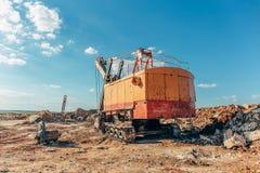Μεγάλος κίτρινος εκσκαφέας, μηχανή λατομείων, μηχανή λατομείων για τη μεταλλεία Στοκ Φωτογραφίες