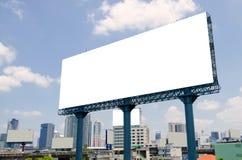 Μεγάλος κενός πίνακας διαφημίσεων στο δρόμο με το υπόβαθρο άποψης πόλεων Στοκ Φωτογραφία