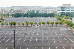 Μεγάλος κενός χώρος στάθμευσης με ένα άσπρο αυτοκίνητο Στοκ εικόνα με δικαίωμα ελεύθερης χρήσης