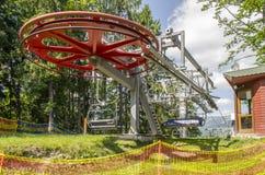 Μεγάλος κόκκινος ανελκυστήρας καρεκλών ροδών σε Bukovel Στοκ Εικόνες