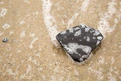Μεγάλος μαύρος βράχος στον αφρό στοκ φωτογραφία με δικαίωμα ελεύθερης χρήσης