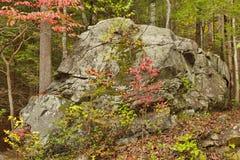 Μεγάλος παλαιός βράχος στα καπνώδη βουνά κατά τη διάρκεια της πτώσης Στοκ εικόνα με δικαίωμα ελεύθερης χρήσης
