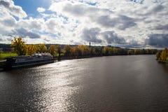 Μεγάλος ποταμός με το σκάφος και το νεφελώδη ουρανό Στοκ Εικόνες
