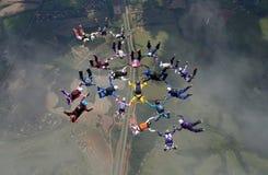 Μεγάλος σχηματισμός ομάδας ελεύθερων πτώσεων με αλεξίπτωτο Στοκ εικόνα με δικαίωμα ελεύθερης χρήσης