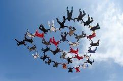 Μεγάλος σχηματισμός ομάδων ανθρώπων ελεύθερων πτώσεων με αλεξίπτωτο Στοκ εικόνα με δικαίωμα ελεύθερης χρήσης