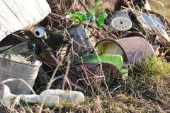 Μεγάλος σωρός των οικιακών απορριμάτων, του γυαλιού, του εγγράφου, του πλαστικού και του μετάλλου Στοκ Εικόνες