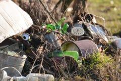 Μεγάλος σωρός των οικιακών απορριμάτων, του γυαλιού, του εγγράφου, του πλαστικού και του μετάλλου Στοκ Φωτογραφία