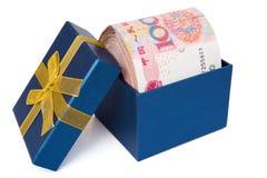 Μεγάλος σωρός RMB σε ένα μπλε παρόν κιβώτιο Στοκ Εικόνα