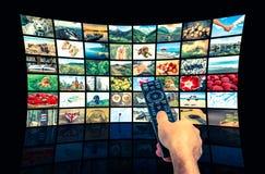 Μεγάλος τηλεοπτικός τοίχος ραδιοφωνικής μετάδοσης πολυμέσων με τον τηλεχειρισμό Στοκ εικόνες με δικαίωμα ελεύθερης χρήσης
