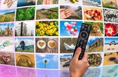 Μεγάλος τηλεοπτικός τοίχος ραδιοφωνικής μετάδοσης πολυμέσων με τον τηλεχειρισμό Στοκ φωτογραφία με δικαίωμα ελεύθερης χρήσης