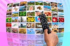 Μεγάλος τηλεοπτικός τοίχος ραδιοφωνικής μετάδοσης πολυμέσων με τον τηλεχειρισμό Στοκ Φωτογραφία