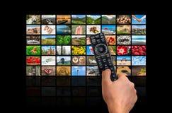Μεγάλος τηλεοπτικός τοίχος ραδιοφωνικής μετάδοσης πολυμέσων με τον τηλεχειρισμό Στοκ εικόνα με δικαίωμα ελεύθερης χρήσης
