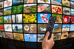 Μεγάλος τηλεοπτικός τοίχος ραδιοφωνικής μετάδοσης πολυμέσων με τον τηλεχειρισμό Στοκ φωτογραφίες με δικαίωμα ελεύθερης χρήσης