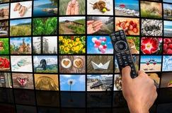 Μεγάλος τηλεοπτικός τοίχος ραδιοφωνικής μετάδοσης πολυμέσων με τον τηλεχειρισμό Στοκ Εικόνες