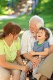 Μεγάλος χρόνος με τους παππούδες και γιαγιάδες Στοκ εικόνες με δικαίωμα ελεύθερης χρήσης