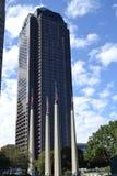 Μεγάλος ψηλός ουρανοξύστης με τις σημαίες Στοκ φωτογραφία με δικαίωμα ελεύθερης χρήσης