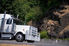 Μεγάλος powerly εξοπλίστε τον ημι πράσινο δρόμο φρουράς καγκέλων φορτηγών άσπρο Στοκ Εικόνες