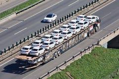 Μεγάλου μεγέθους μεταφορέας αυτοκινήτων στην οδό ταχείας κυκλοφορίας, Πεκίνο, Κίνα Στοκ φωτογραφία με δικαίωμα ελεύθερης χρήσης
