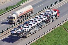 Μεγάλου μεγέθους μεταφορέας αυτοκινήτων στην οδό ταχείας κυκλοφορίας, Πεκίνο, Κίνα Στοκ Φωτογραφία