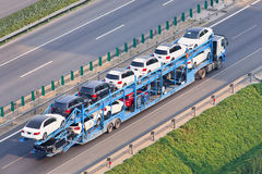 Μεγάλου μεγέθους μεταφορέας αυτοκινήτων στην οδό ταχείας κυκλοφορίας, Πεκίνο, Κίνα Στοκ φωτογραφίες με δικαίωμα ελεύθερης χρήσης