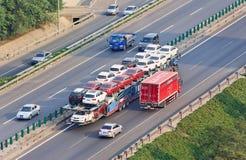 Μεγάλου μεγέθους μεταφορέας αυτοκινήτων στην οδό ταχείας κυκλοφορίας, Πεκίνο, Κίνα Στοκ εικόνες με δικαίωμα ελεύθερης χρήσης
