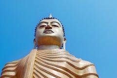 Μεγάλο άγαλμα του Βούδα ενάντια στο μπλε ουρανό Σρι Λάνκα Στοκ εικόνα με δικαίωμα ελεύθερης χρήσης