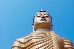 Μεγάλο άγαλμα του Βούδα ενάντια στο μπλε ουρανό Σρι Λάνκα Στοκ Εικόνες