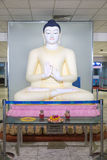 Μεγάλο άγαλμα του Βούδα που βρίσκεται στην περιοχή διέλευσης στο διεθνή αερολιμένα Bandaranaike Στοκ Εικόνα