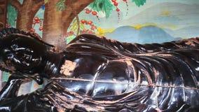 Μεγάλο άγαλμα του Βούδα Van Hanh Pagoda, Dalat, Βιετνάμ, που φιλτράρει τον ακολουθώντας πυροβολισμό καμερών, υψηλό - ποιότητα σε  απόθεμα βίντεο