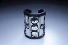 Μεγάλο άσπρο βραχιόλι δέρματος με τα κρεμαστά κοσμήματα μετάλλων Στοκ φωτογραφίες με δικαίωμα ελεύθερης χρήσης