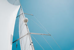 Μεγάλο άσπρο πανί μιας πλέοντας βάρκας ενάντια στον ουρανό Στοκ Φωτογραφία