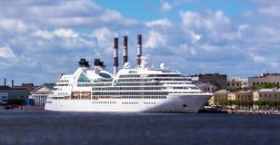Μεγάλο άσπρο χρωματισμένο ωκεάνιο σκάφος στον ποταμό Neva Αγίου Πετρούπολη κάτω από τον μπλε θερινό νεφελώδη ουρανό Στοκ φωτογραφία με δικαίωμα ελεύθερης χρήσης