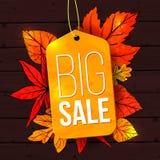 Μεγάλο έμβλημα πώλησης με τα φύλλα φθινοπώρου και την κίτρινη ετικέττα Στοκ Εικόνα