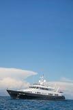 Μεγάλο έξοχο ή μέγα γιοτ μηχανών πολυτέλειας στην μπλε θάλασσα Στοκ Φωτογραφίες