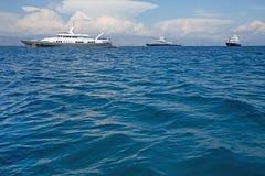 Μεγάλο έξοχο ή μέγα γιοτ μηχανών πολυτέλειας στην μπλε θάλασσα Στοκ Εικόνες