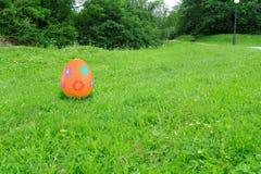 Μεγάλο αυγό Πάσχας στη χλόη Στοκ Εικόνες